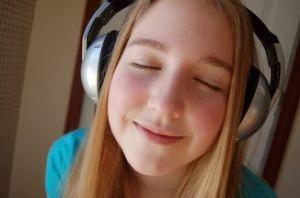 girl with headphones 2873697 300x198 los casos en ruso